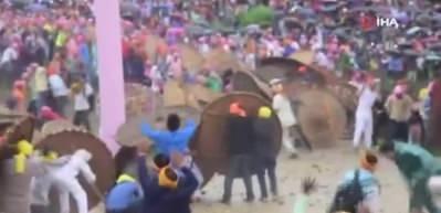 Hindistan'da taş atma festivali: 100 yaralı