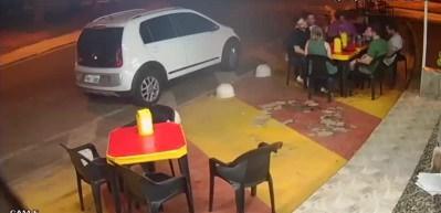 Hırsız fena kayaya çarptı! Arkadaşlarıyla oturan polis...