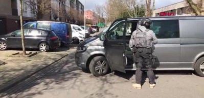 Hollanda polisi bir binanın etrafını sardı!