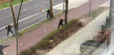 Hollanda polisinin saldırgana müdahale anı kamerada!
