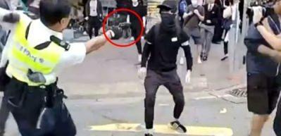 Hong Kong'da korkunç görüntüler! Biri vuruldu, diğeri yakıldı