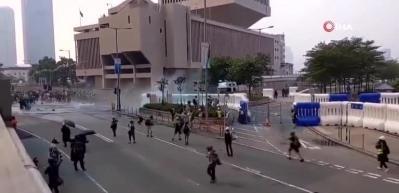 Hong Kong'da sokaklar yine karıştı! Polisten sert müdahale
