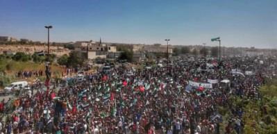 İdlib'de Cuma namazı sonrası Türk bayraklı gösteri