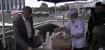 İftara yetişemeyen vatandaşlara metrobüs durağında çorba hizmeti