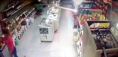 İki kadından dayak yiyen soyguncular arkalarına bakmadan kaçtı