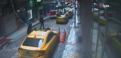 İkinci kattan taksinin üzerine düştü! O anlar kamerada