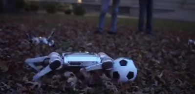 İlginç dakikalar! Yapay zekalı robotlar böyle futbol oynadı...