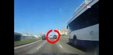 İnanılmaz kaza: Elektrik direği araçların üzerine devrildi