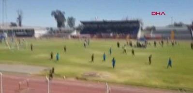 İnanılmaz olay! Küçük futbolcu saha kenarındaki drenaj çukuruna düştü!