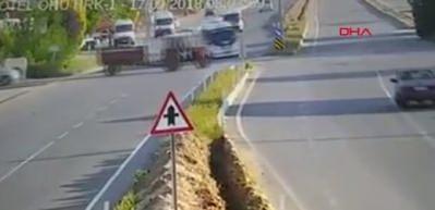 İşçi servisinin traktöre çarptığı kaza kamerada