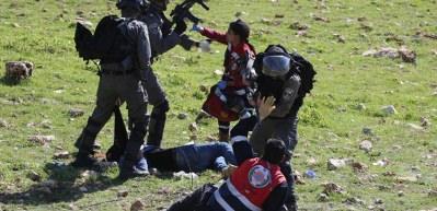 İsrail askeri kural tanımıyor! Yardıma gidenleri de darp ettiler