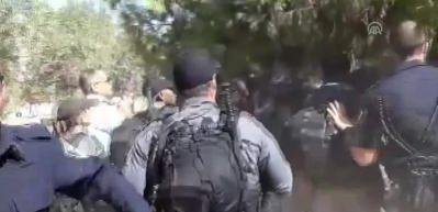 İsrail polisinden Mescid-i Aksa korumalarına ve cemaate saldırı