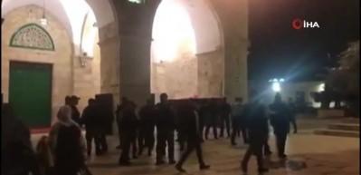 İsrail polisinin Mescid-i Aksa'dan çıkardığı Filistinliler sokaklarda uyudu