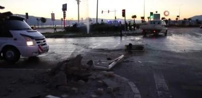 İzmir'deki feci trafik kazasında otomobil metrelerce uçtu: 2 ölü