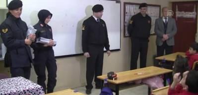 Jandarma ekiplerinden çocuklara karne hediyesi