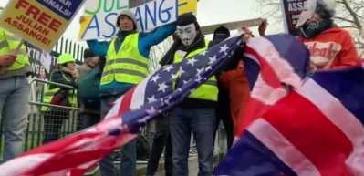 Julian Assange iade edilmesin protestosu