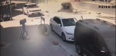 Kadıköy'de akıl almaz kaza: Fırlayan demir bir araca saplandı
