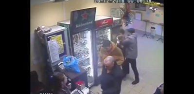 Kadın satış görevlisi erkek müşteriyi yumrukla yere serdi