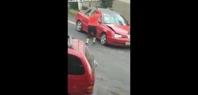 Kadın sürücü levleyle terör estirdi