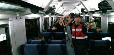 Kadın treni birbirine kattı! Çalışanlara hakaret, yolculara darp