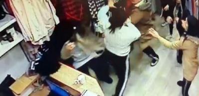 Kadınların mağazada uçar tekmeli kavgası