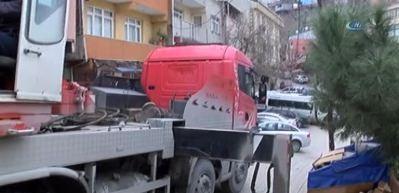 Kağıthane'de hafriyat kamyonu devrildi, faciadan dönüldü