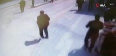 Kaldırıma takılıp düşen yaşlı adam saniyelerle ölümden kurtuldu