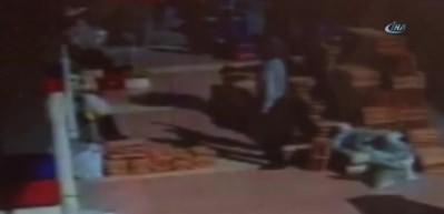 Kaldırımda yürüyen kadının kafasına çatıdan demir düştü!