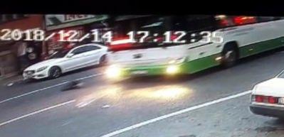 Karşıya geçmeye çalışan çocuğa otobüs böyle çarptı