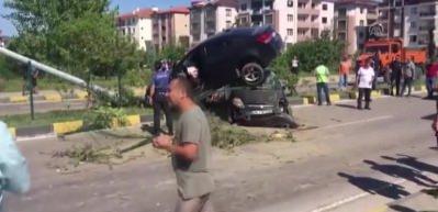 Kaza yapan iki otomobilden biri diğerinin üstüne çıktı!