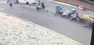 Kaza yapan taksi yayaların arasına daldı: 2 yaralı