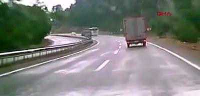 Kemer'de 3 kişinin öldüğü kaza anı kamerada
