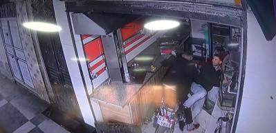 Kendisine çarpan motosikletle dükkana girdi!