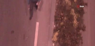 Kırmızı ışıkta duran araçların camlarını idrarıyla sildi!