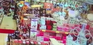 Kocaeli'de deprem güvenlik kameralarına yansıdı