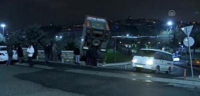 Kontrolden çıkan kamyonet parkın duvarında asılı kaldı