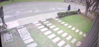 Kontrolden çıkan otomobil kaldırımdaki yayaların arasına daldı!