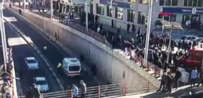 Köprülü kavşaktan araba düştü, saniyelerle kurtuldular!