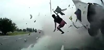 Korkunç kazada şoför yola uçtu