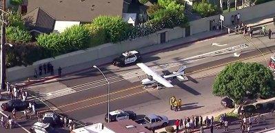 Korkutan görüntü! Uçak yola acil iniş yaptı