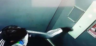 Koronavirüs korkusuyla asansör düğmesine ayağıyla bastı!