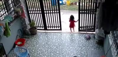 Küçük kızın elindeki telefonu böyle çaldılar!