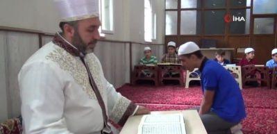 Kur'an-ı Kerim'i güzel okumayı çocuklara aşılıyor