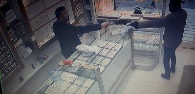 Kuyumcu, silahlı soyguncuyu ateş ederek püskürttü!