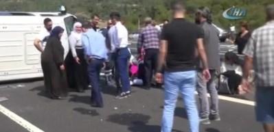 Lastiği patlayan minibüs otoyolda devrildi: 14 yaralı