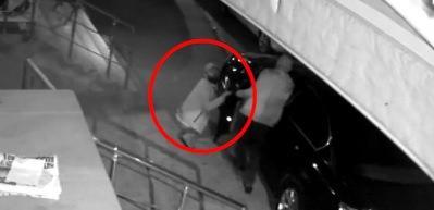 Lüks aracın kapısını açan hırsız kameraya öpücük attı!