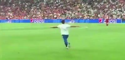 Maçta taraftarın sahaya girdiği anlar kameralara böyle yansıdı!