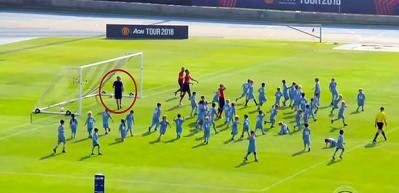 Manchester United'lı futbolcular ve Mourinho 100 çocuğa karşı!