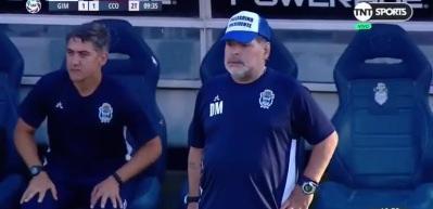 Maradona'yı hiç böyle görmediniz! Kendini bir anda yerde buldu...