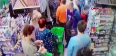Markette çocuğun boynunu kırmaya çalıştı